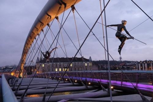 Acrobats on Kraków's loversbridge