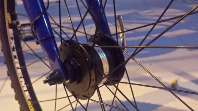 O cubo dínamo montado na roda dianteira