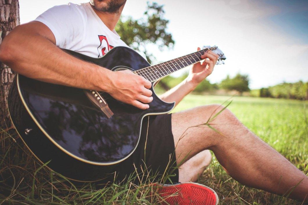 Imagen gratis de un chico tocando la guitarra acústica