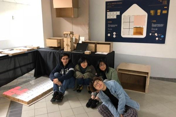 林楚卿老師指導學生,進行IoT智能地磚設計 (如地上有水會有警示的地磚, 防止長者在家滑倒)