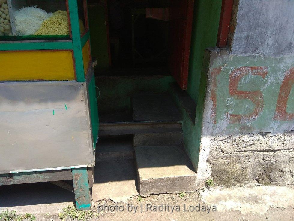 Foto Jalur Rel Mati Bandung (Kiaracondong Karees) 29 - Rel ada di dalam warung Bakso. Lumayan bisa buat kursi cadangan