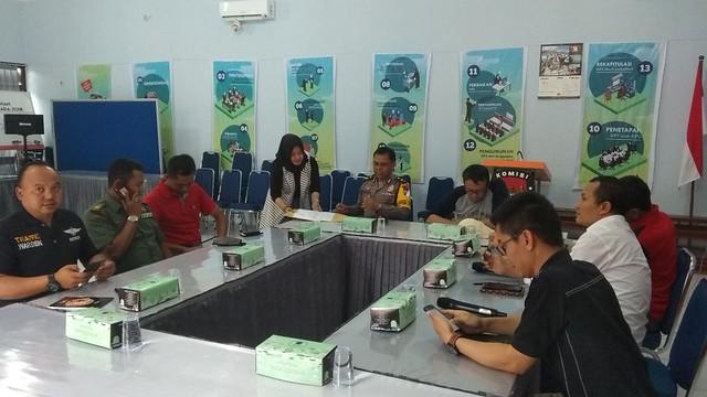 Suasana rapat koordinasi antara KPU Tulungagung, Dishub, Polres, dan Kodim 0807 dalam rangka persiapan debat publik kedua di Gedung Media Center KPU Tulungagung (20/4)