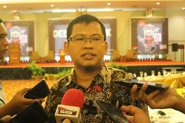Ketua KPU Suprihno, M.Pd., saat dikonfirmasi awak media seusai debat publik I paslon di Hall Istana Hotel Tulungagung (15/2)