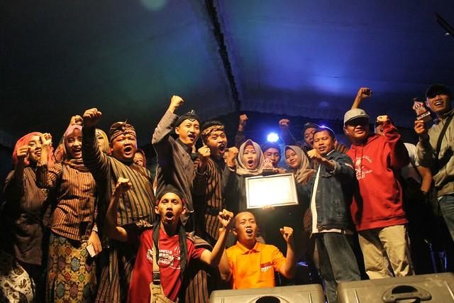Anggota PPK dan PPS dari Kecamatan Gondang saat menerima penghargaan juara 1 dari Ketua KPU dalam lomba hias stand bazar pilkada 2018 di gedung balai rakyat (18/3)
