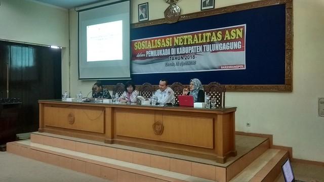 Suyitno Arman (dua dari kanan) saat tampil sebagai narasumber dalam acara sosialisasi yang diselenggarakan Bakesbangpol Kabupaten Tulungagung, Kamis (12/4)