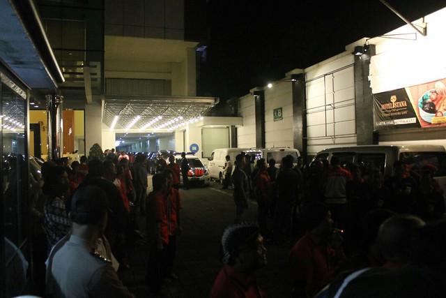 Ratusan masa pendukung kedua paslon tetap mendukung meski berada di luar hotel (23/3)