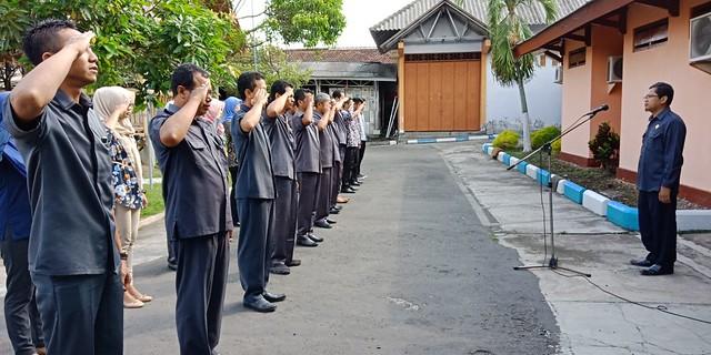 Ketua KPU Tulungagung Suprihno saat memimpin apel pagi di halaman KPU Tulungagung (16/4)