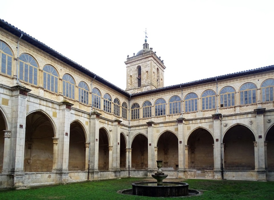 claustro viejo plateresco Monasterio Irache o Iratxe Navarra 04