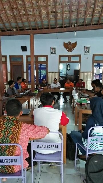 Ketua KPU Suprihno, M.Pd., dan anggota KPU Suyitno Arman, M.Si., saat melakukan pemantauan DPSHP di Kecamatan Pagerwojo (7/4)