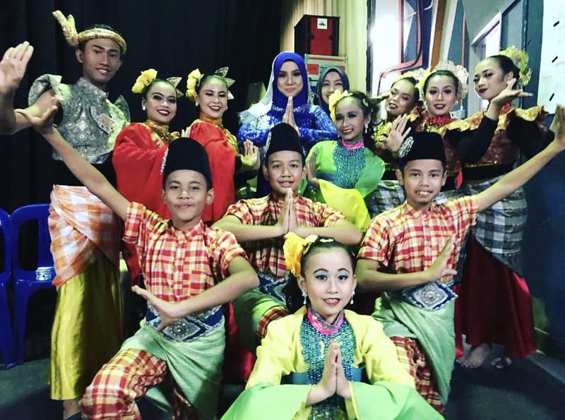 Noraniza Idris bersama Kumpulan Penari Malay World Cultural Paradise