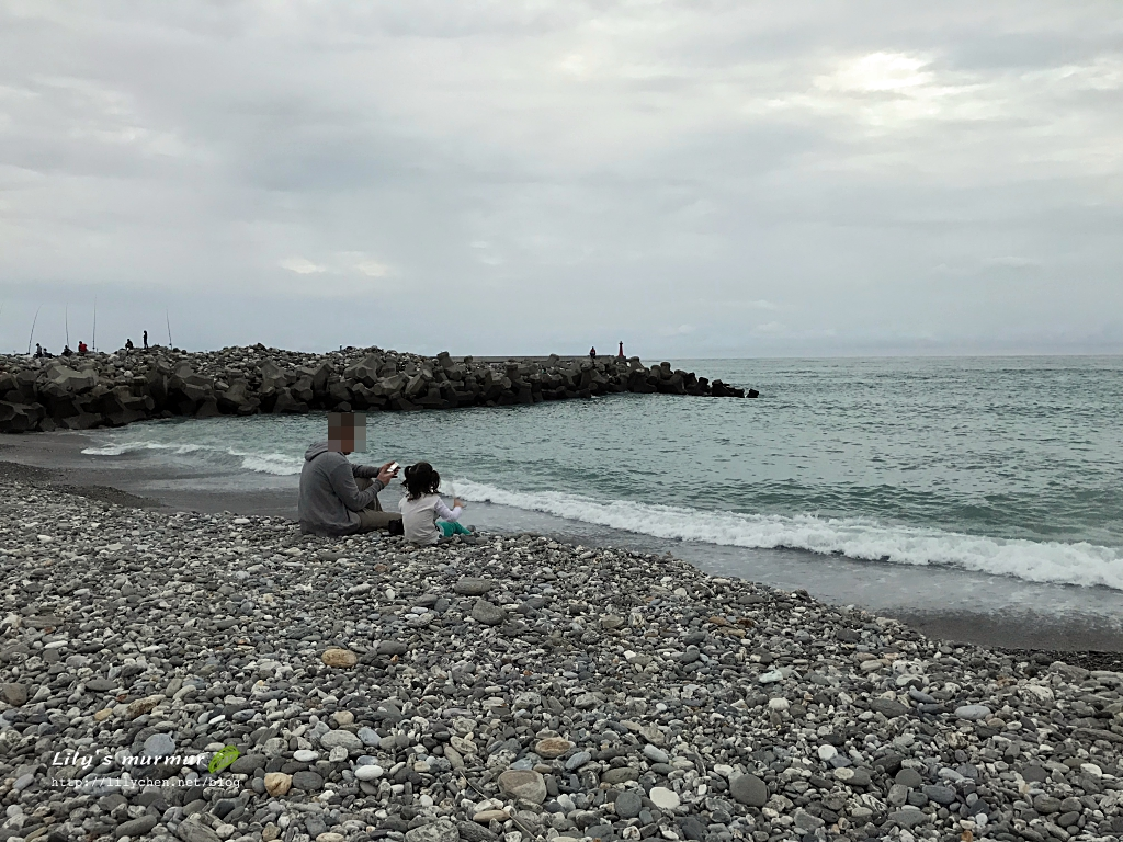 圖說:尼跟小妮並肩坐著看海。