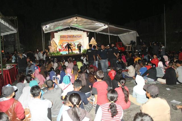 Ribuan warga menghadiri kegiatan sosialisasi bertemakan pagelaran seni dan budaya di lapangan olahraga kantor KPU Tulungagung (30/3)