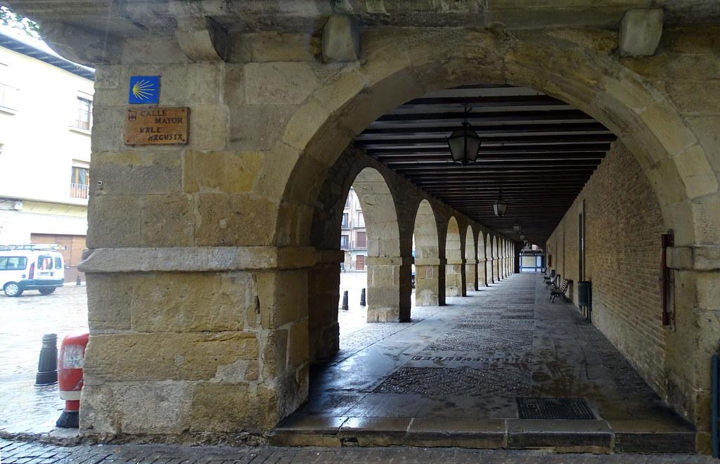 Puente La Reina soportal Plaza Julian Mena o Mayor Navarra