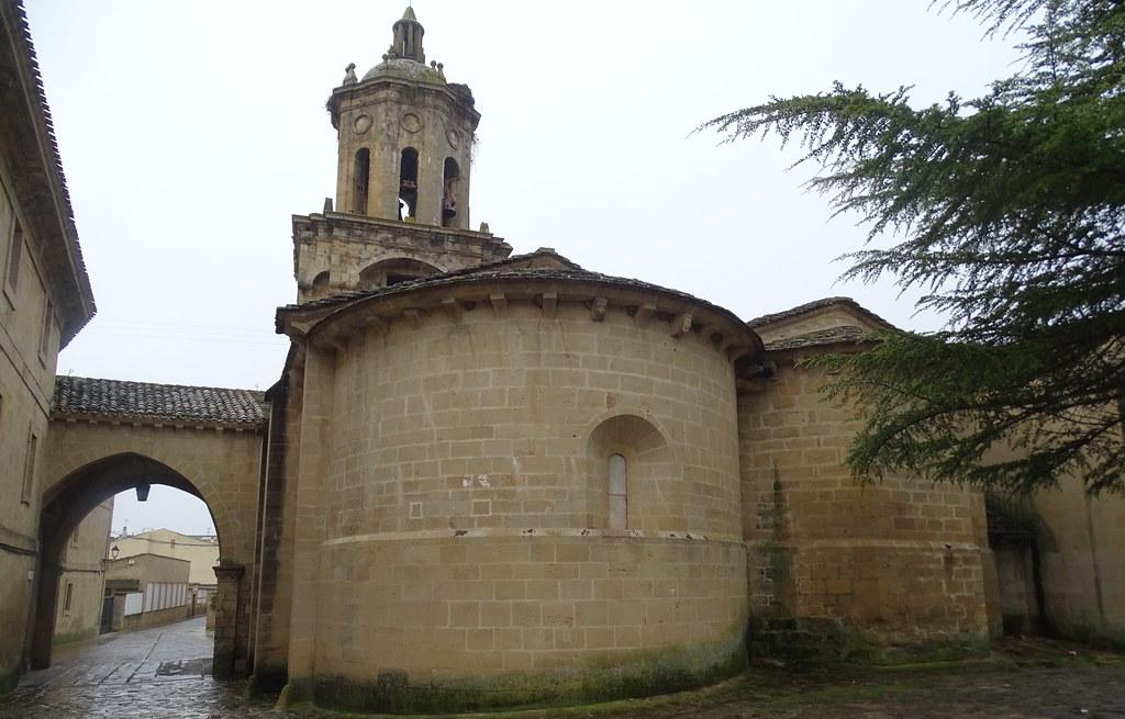 paso cubierto o nartex une La Iglesia del Crucifijo con el antiguo hospital de peregrinos Puente La Reina Navarra 02