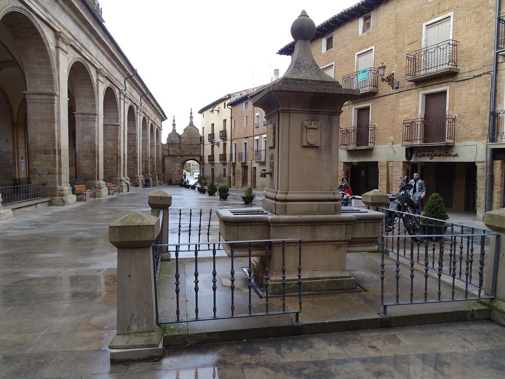 Plaza de Santa Maria fuente Los Arcos Navarra