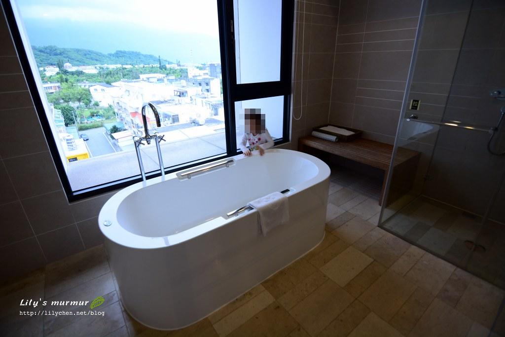 小妮在浴缸旁繞來繞去!立馬預約晚上要泡澡啊!