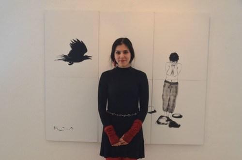 Hasti Radpour famför en målning Utan titel