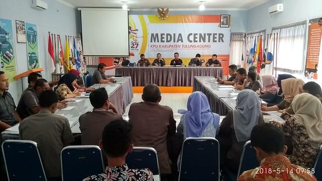Ketua KPU Suprihno, M.Pd., saat memimpin rapat koordinsi jelang debat publik ke 3 di Gedung Media Center KPU Tulungagung (14/5)