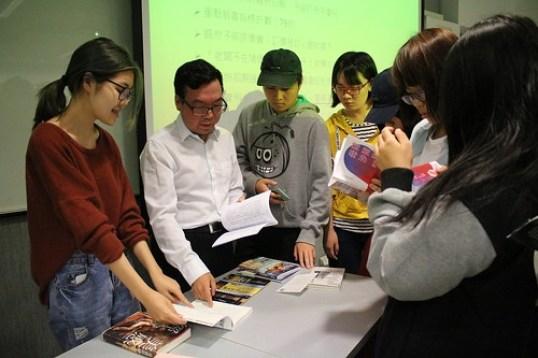 陳巍仁教授向學生解說製作書籍需注意事項 (1)