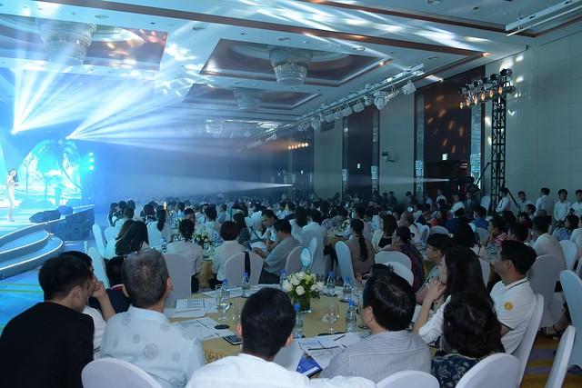 Gần 500 khách hàng đến tham dự sự kiện.
