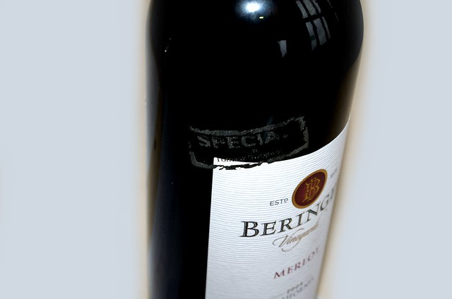 grawer na butelce wina