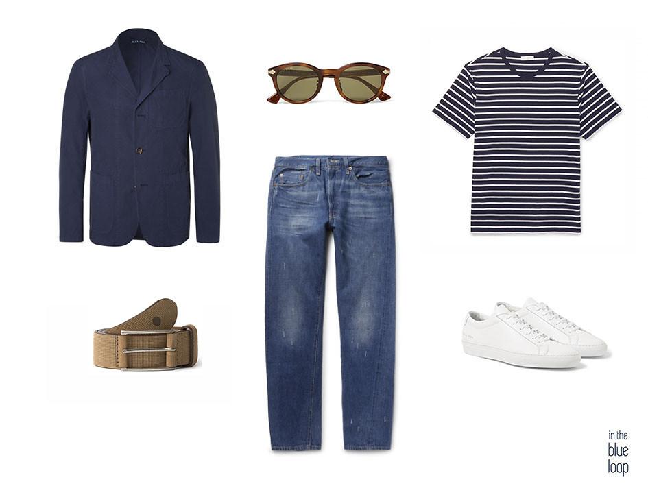 Look masculino smart-casual con vaqueros, cinturón anaga de blueholemen, sneakers blancas, camiseta de rayas, blazer azul y gafas de sol