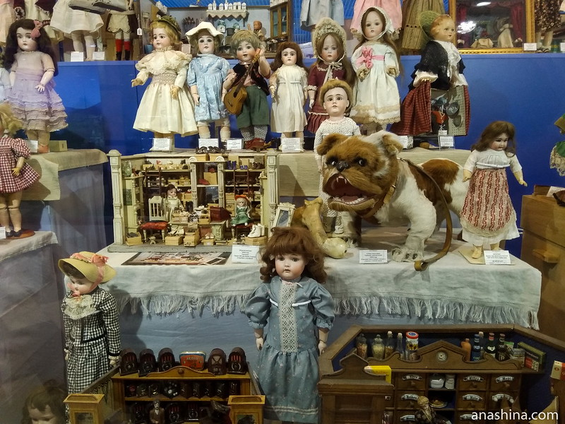 Старые куклы и домики