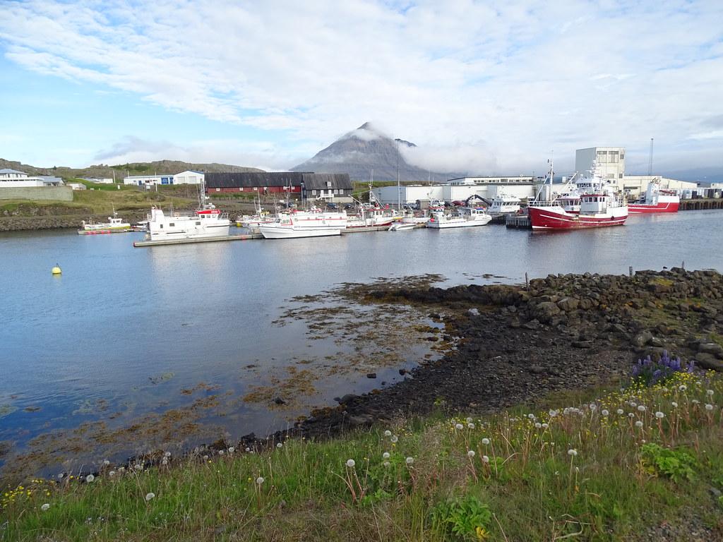 Montaña Búlandstindur y vista Djúpivogur Municipio pesquero Islandia 05