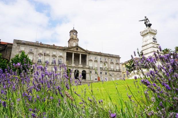 Palácio da Bolsa, with the Monumento ao Infante Dom Henrique