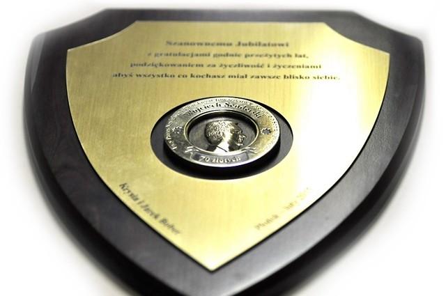 dyplom z popiersiem z mosiądzu wykonany na podstawie zdjęcia portretowego