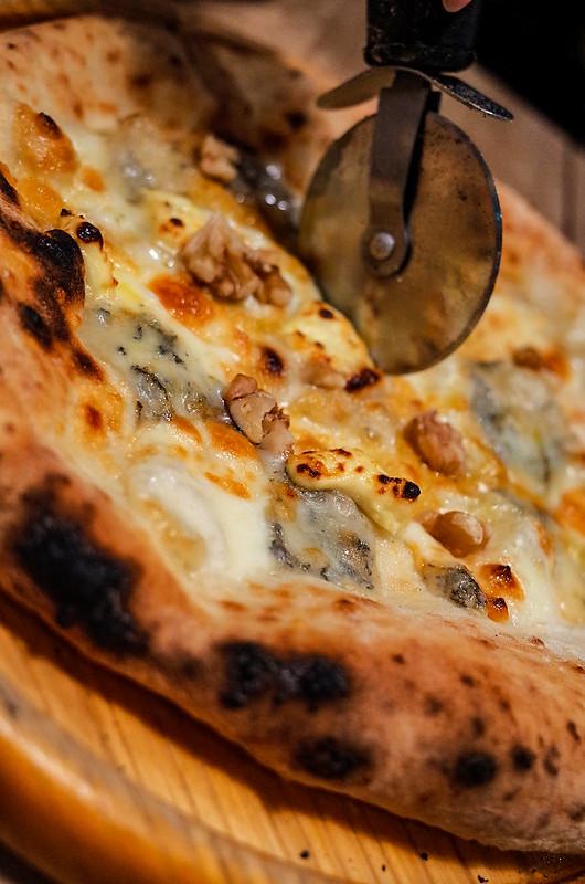 cutting quattro formaggi Pizza