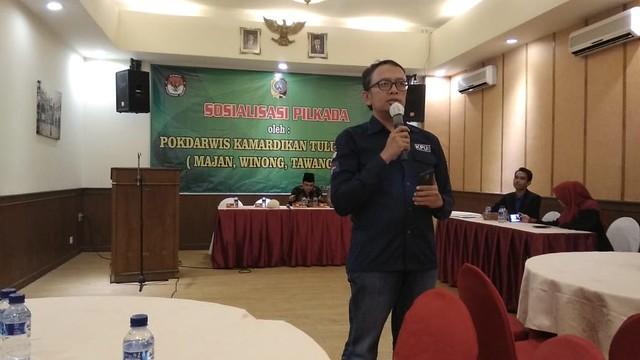 Anggota KPU Tulungagung Victor Febrihandoko saat memaparkan materi soasialisasi pilkada 2018 di Barata Cafa & Resto Tulungagung (23/4)