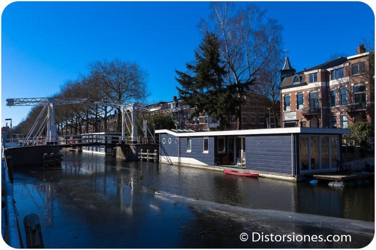 Casa flotante junto al puente Jan Pierterszoon Corenbrug