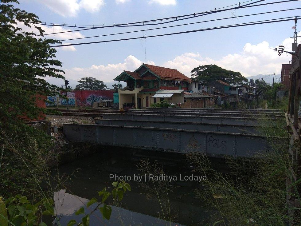 Foto Jalur Rel Mati Bandung (Kiaracondong-Karees): Jembatan Pertama, Sejajar Jalur Utama