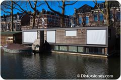 Casa flotante con semisótano luminoso