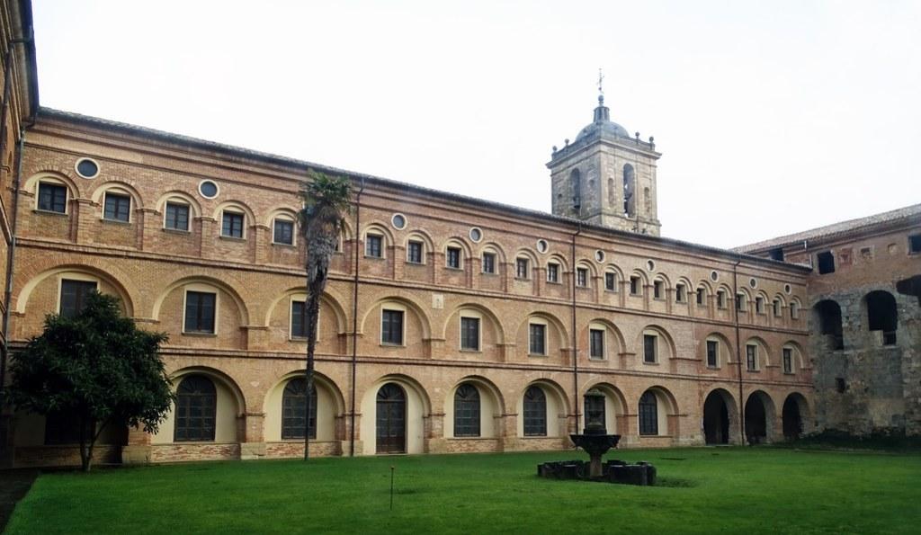 Claustro Nuevo Monasterio de Irache Navarra 02
