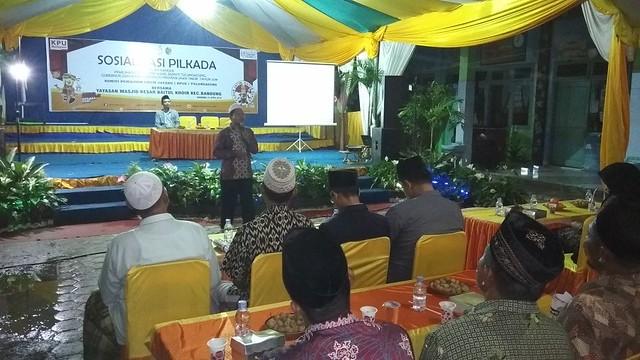 Ketua KPU Tulungagung Suprihno saat mengisi acara sosialisasi Pilkada 2018 di Halaman Masjid Jami' Baitul Khoir Kecamatan Bandung (1/4)