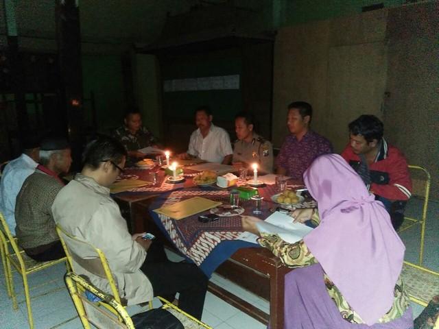 PPS Desa Mojosari Kecamatan Kauman meaksanakan Pleno DPSHP dengan diterangi lilin (12/4)