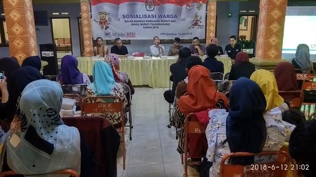 Anggota KPU Tulungagung Suyitno Arman saat menyampaikan Sosialisasi Pilkada 2018 di Kecamatan Gondang (12/6)
