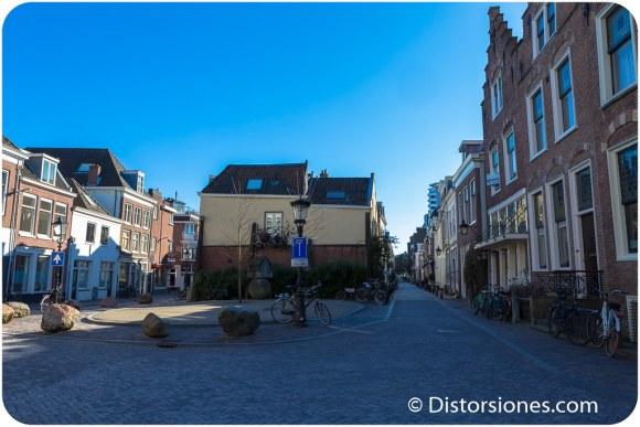Plazoleta y escultura de Herman Makkink en Breedstraat