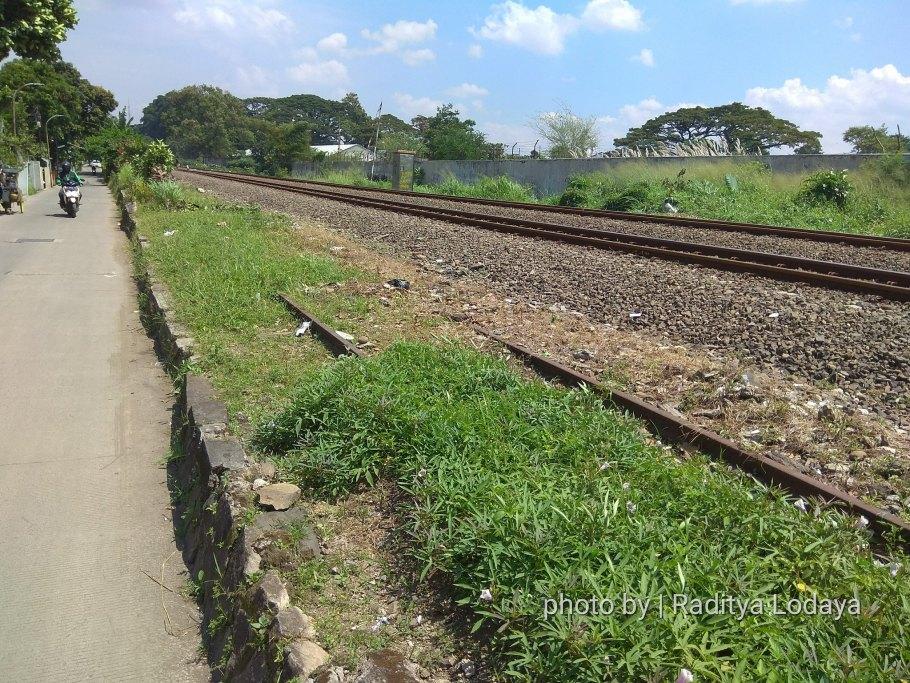 Foto Jalur Rel Mati Bandung (Kiaracondong-Karees): Tertutup Rumput Tebal #1