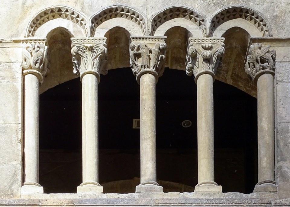 galeria romanica de columnas Palacio de los Reyes de Navarra Estella Navarra 04