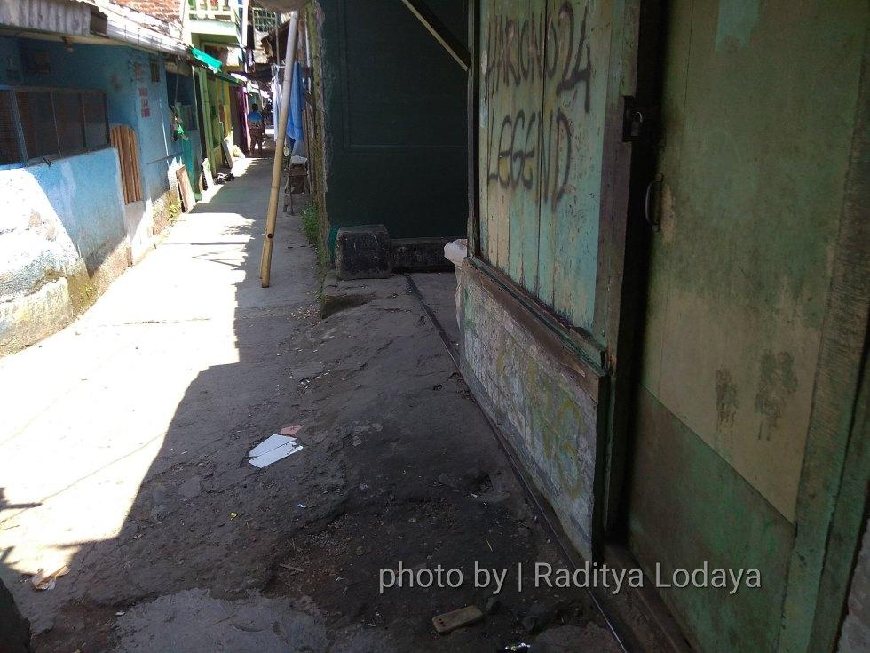 Foto Jalur Rel Mati Bandung (Kiaracondong Karees) 24 - Bangunan rumah berdiri di atas rel