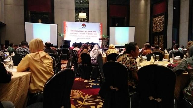 Suasana pembukaan bimtek sosialisasi pengadaan logistik pemilihan 2018 di Hotel Trans Luxury Bandung (18/4)