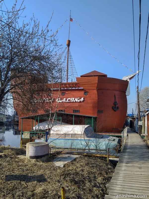 Эллинг в форме старинного корабля