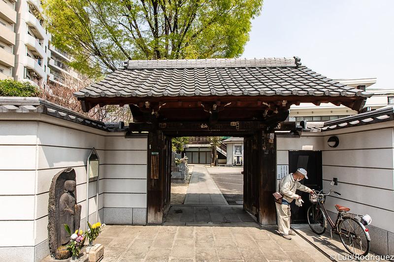 Entrada al templo Jokanji con la estatua de Sayoginu Jizo a la izquierda