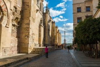 Recht vooruit staat de kolom met bovenop San Rafael Arcángel.