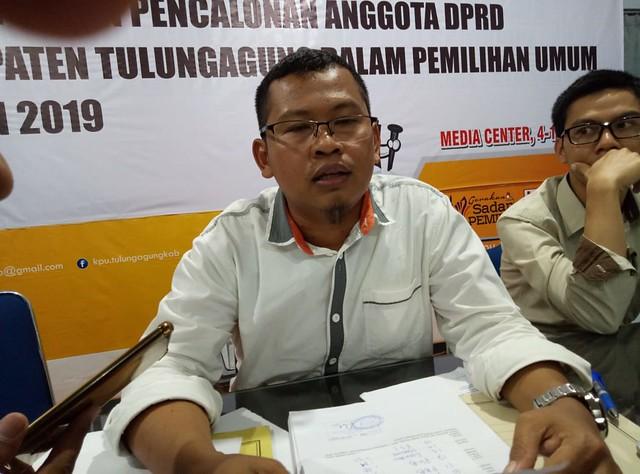Ketua KPU Tulungagung Suprihno, M.Pd., saat dikonfirmasi awak media terkait pendaftaran bakal caleg di gedung media center KPU tulungagung (17/7)