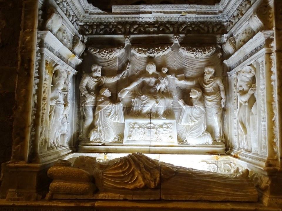 Relieve Virgen y el Niño Sepulcro del abad Lope Marco interior iglesia Real Monasterio de Santa Maria de Veruela Zaragoza 01