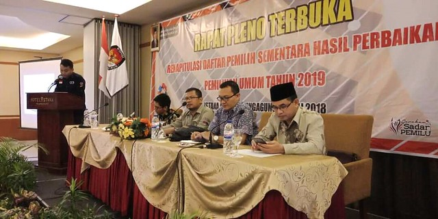 Komisioner KPU Tulungagung saat melaksanakan rapat pleno terbuka rekapitulasi daftar pemilih sementara hasil perbaikan (DPSHP) pemilu 2019 di Hotel Istana Tulungagung (23/7)
